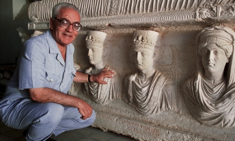 Khaled-al-Asaad-in-front-of-1st-c.-sarcophagus-in-Palmyra-in-2002.-Photo-by-Marc-Deville-Gamma-Rapho
